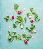 Endecha plana de rábanos blancos y rojos orgánicos con las hojas verdes Fotografía de archivo libre de regalías