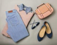 Endecha plana de un equipo casual de la moda de la mujer - vaqueros, vestido rosado, h fotos de archivo