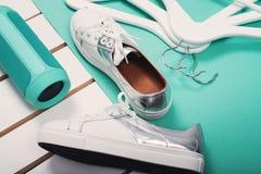 Endecha plana de zapatos blancos modernos Fotografía de arriba de la visión superior Concepto de la forma de vida de la juventud  Foto de archivo libre de regalías