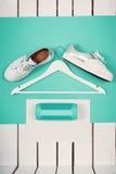 Endecha plana de zapatos blancos modernos Fotografía de arriba de la visión superior Concepto de la forma de vida de la juventud  Fotos de archivo