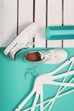 Endecha plana de zapatos blancos modernos Fotografía de arriba de la visión superior Concepto de la forma de vida de la juventud  Fotografía de archivo libre de regalías