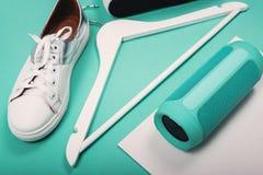 Endecha plana de zapatos blancos modernos Fotografía de arriba de la visión superior Concepto de la forma de vida de la juventud  Fotos de archivo libres de regalías