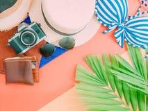 Endecha plana del accessorie del paño del verano de la muchacha con la hoja de palma, cámara Foto de archivo