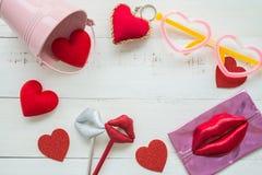 Endecha plana del fondo del día de San Valentín y de los accesorios lindos del partido Imagenes de archivo
