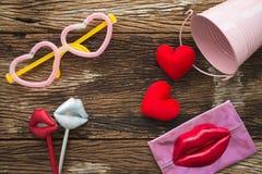 Endecha plana del fondo del día de San Valentín y de los accesorios lindos del partido Foto de archivo