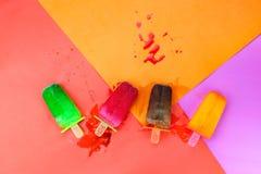 Endecha plana del helado de la fruta del sistema en el fondo de papel colorido, hielo Foto de archivo libre de regalías
