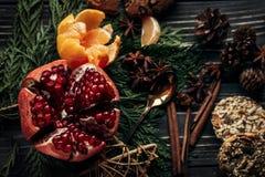 Endecha plana del invierno rústico elegante con el granate o de las galletas del pan de jengibre Foto de archivo