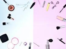 Endecha plana del maquillaje y de los cosméticos con el espacio de la copia Imagenes de archivo