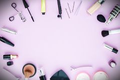 Endecha plana del maquillaje y de los cosméticos con el espacio de la copia Foto de archivo libre de regalías
