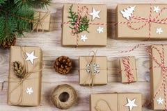 Endecha plana del objeto para el concepto de la Feliz Navidad y de la Feliz Año Nuevo Mezcle la caja de regalos y las decoracione Fotos de archivo libres de regalías