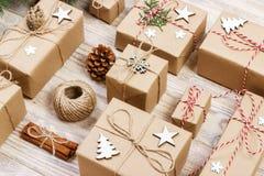 Endecha plana del objeto para el concepto de la Feliz Navidad y de la Feliz Año Nuevo Mezcle la caja de regalos y las decoracione Imagenes de archivo