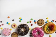 Endecha plana del postre con el caramelo, chocolate y anillos de espuma y queque de frutas de la fresa Foto de archivo