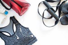 Endecha plana del sujetador, de la zapatilla de deporte, de la toalla y de la botella del deporte de agua Fotografía de archivo