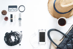 Endecha plana del teléfono móvil con los accesorios y el cosmético de la mujer Fotografía de archivo libre de regalías