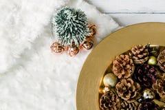 Endecha plana del tema de la Navidad de los conos del árbol de navidad y del pino fotos de archivo libres de regalías