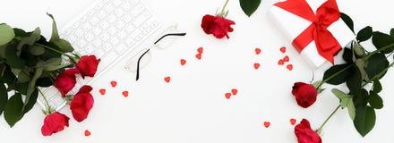 Endecha plana, escritorio de la oficina de las mujeres del día de tarjeta del día de San Valentín de visión superior Espacio de t fotografía de archivo libre de regalías