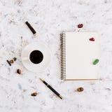Endecha plana, escritorio de la tabla de la oficina de la visión superior Espacio de trabajo del escritorio con el diario, pluma, Imágenes de archivo libres de regalías