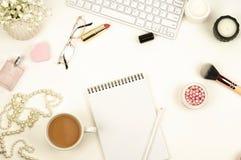 Endecha plana, escritorio femenino de la visión superior, espacio de trabajo Imagen de archivo libre de regalías