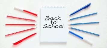 Endecha plana Escuela o materiales de oficina Texto: ` De nuevo a ` de la escuela fotos de archivo