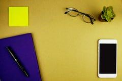 Endecha plana, maqueta del espacio de trabajo de la oficina con el notbook, pluma, phon móvil imágenes de archivo libres de regalías