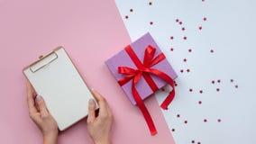 Endecha plana Papel de las manos de la mujer Ideas de la Navidad de la lista de lío, notas, metas o concepto de la escritura del  foto de archivo