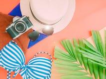 Endecha plana para el accessorie del paño del verano con la hoja de palma, cámara y Foto de archivo