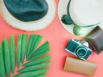 Endecha plana para el fondo del verano con el paño, accesorios en vagos rojos Foto de archivo libre de regalías