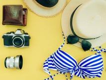 Endecha plana para el paño del verano de la muchacha del bikini y el conce azules de los accesorios Fotos de archivo