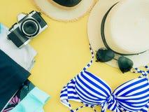 Endecha plana para el paño del verano de la muchacha del bikini y el conce azules de los accesorios Foto de archivo libre de regalías