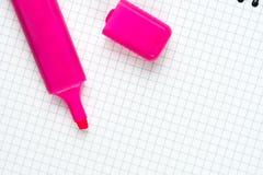 Endecha plana sobre pluma del fieltro en el cuaderno de la escuela con el espacio de la copia sobre el fondo blanco Fotografía de archivo
