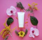Endecha plana: Tubo blanco para la crema en un fondo rosado imágenes de archivo libres de regalías