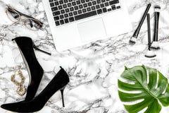 Endecha verde del plano de la moda de la hoja de los accesorios de los zapatos femeninos del cuaderno Imagen de archivo libre de regalías