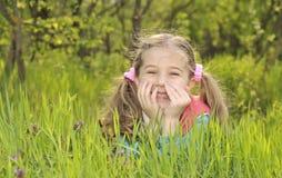 Endechas de la chica joven en un campo imagen de archivo libre de regalías
