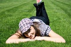 Endechas de la muchacha en la hierba verde Imagenes de archivo