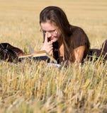 Endechas de la mujer joven en campo amarillo imagen de archivo libre de regalías