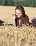 Endechas de la mujer joven en campo amarillo imagenes de archivo