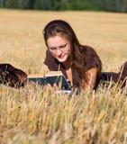 Endechas de la mujer joven en campo amarillo imágenes de archivo libres de regalías