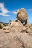 Endechas redondas grandes de la piedra encima de una montaña imagen de archivo libre de regalías