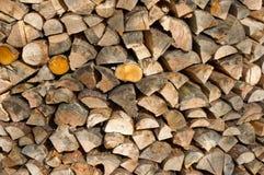 Enden des gestapelten Brennholzes Stockfoto