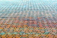 Endenbacksteinmauer des großen Hauses Ziegelsteine von verschiedenen Farben Rot, orange, grün, blau Backsteinmauer erhält in der  Lizenzfreie Stockbilder