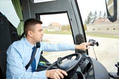 Endereço entrando do condutor de ônibus ao navegador dos gps fotografia de stock royalty free