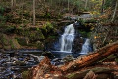 Enders Falls in Autumn, Granby Connecticut. Landscape image of the lower tier of Enders Falls at Enders State Forest Stock Photos