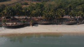 Endfeld des Brummens entlang wildem Strand Langkawi, Malaysia stock video footage