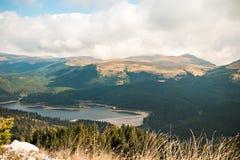 Endiguez dans un secteur de montagnes Photographie stock