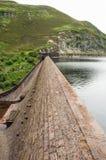 Endiguez l'avant près de la ville de Rhayader dans la vallée d'élan du Pays de Galles Photo libre de droits