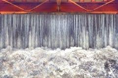 Endiguez la libération d'eau, portes d'eau pour l'irrigation Photographie stock libre de droits