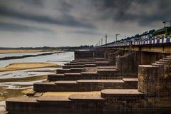 Endiguez le barrage dans le paysage de ville de durgapur avec des portes d'inondation a fermé la scène clowdy HDR Photographie stock