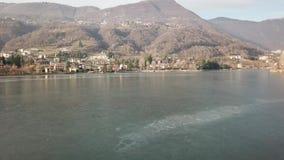 Endinemeer, Bergamo, Italië Hommel luchtmening van het bevroren meer stock videobeelden