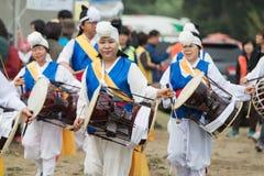 Ending tradycyjni Korea rolnicy pokazuje rolnika taniec zdarzający się świętować żniwo w Korea Zdjęcia Royalty Free