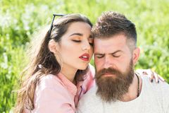 endless love Jedyny Zmysłowego kobiety uściśnięcia brodaty mężczyzna na lato łące Gubjący w miłości i pasi miłość pary Obraz Stock